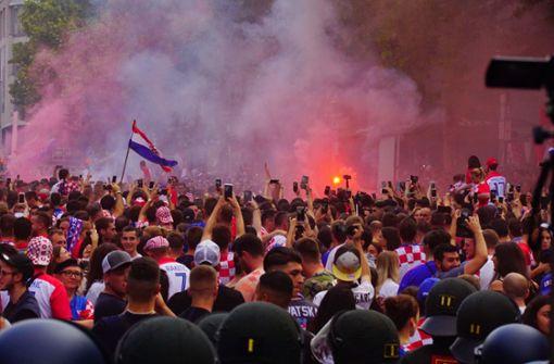Bei den kroatischen Fans ein gewohntes Bild. Doch nach dem Finale eskaliert die Situation. Foto: Andreas Rosar Fotoagentur-Stuttgart