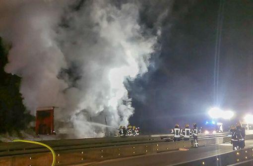 Laster mit Insektiziden ausgebrannt - Autobahn gesperrt
