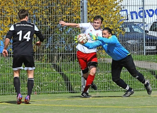 SSV-Keeper Tim van Aken (r.) bekam  gegen Weilimdorf nicht viel zu tun, musste aber trotzdem dreimal hinter sich greifen. Foto: Bergmann
