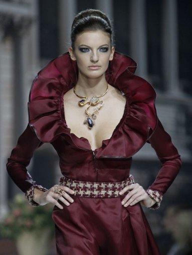 Auch etwas dick aufgetragen: die massive Kette zum voluminösen Kleid von Veronica Nico. Foto: AP