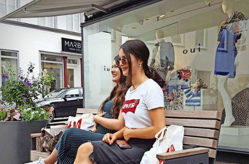 Auch die Infrastruktur gehört dazu: wer wie diese beiden jungen Frauen  beim Shoppen mal Durchatmen will, kann auf einer der vielen Bänke in der City ausruhen. Foto: StZ