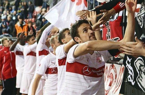 Das Team dankt den Fans, die Anhänger feiern die Mannschaft: VfB-Spielführer Christian Gentner (re.) blickt nach dem 4:0 in Braunschweig wieder positiv in die kommenden Wochen. Wie gut oder schlecht die einzelnen Leistungen der Profis ausfallen, erfahren Sie in der Bildergalerie. Foto: Pressefoto Baumann