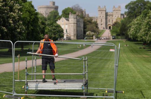 Letzte Vorbereitungen am Long Walk vor Schloss Windsor: am Samstag werden sich hier Tausende von Fans und Medienvertretern einfinden, um die Hochzeit von Prinz Harry und Meghan Markle live mitzuerleben. Foto: AFP
