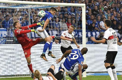 Der VfB spielt auf Schalke nicht schlechter Fußball als der Gegner, macht aber zu viele Fehler. Foto: AP