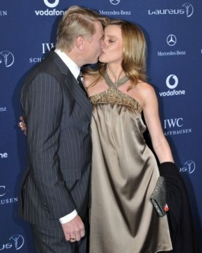 Zeigten sich verliebt bis über beide Ohren: Mika Häkkinen und seine Freundin Marketa Kromotova. Foto: AP