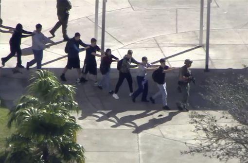Die Marjory Stoneman Douglas High School wird evakuiert.  Foto: WPLG-TV