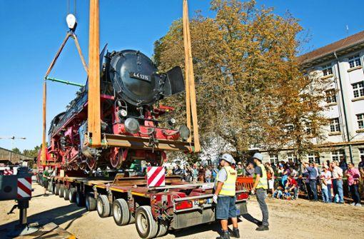 100-Tonnen-Lok rollt über die Straßen