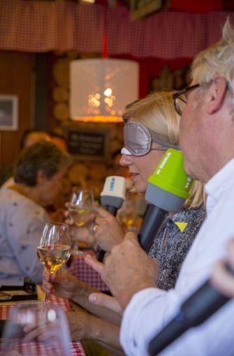 Weinprobe mit verbundenen Augen Foto: Lichtgut/Leif Piechowski