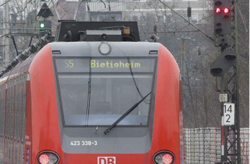 Unbekannter zerkratzt Fenster einer S-Bahn