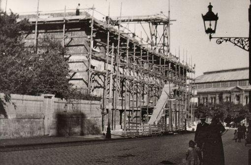 Das Linden-Museum vor seiner Fertigstellung im Oktober 1910. Blick von der Hegelstraße auf den Hegelplatz. Im Hintergrund die Gewerbehalle Stuttgart Foto: Archiv Lindenmuseum