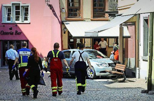 Ende einer Schreckensfahrt: der  Skoda des 85-Jährigen stoppte an einer Sitzbank in der Fußgängerzone. Foto: dpa