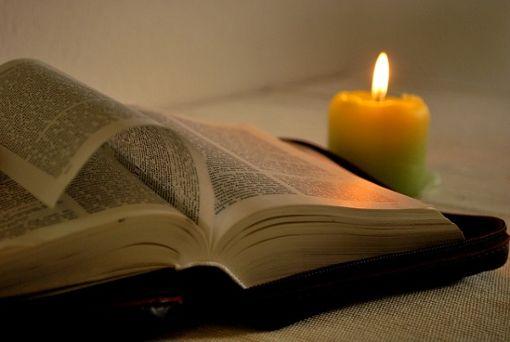 Lesen bei Kerzenschein statt Nachttischlampe. Foto: Pixabay