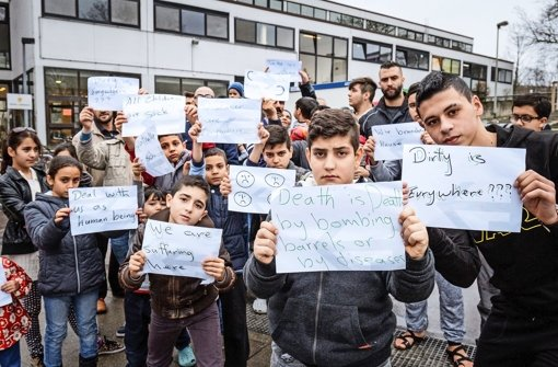 Ihre Botschaften sind unmissverständlich: Syrische Flüchtlingskinder  vor ihrer Notunterkunft in der Turnhalle der Raichberg-Realschule  im Stuttgarter OstenFoto: Lichtgut/Jan Potente Foto: