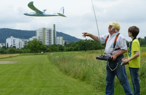 Ein erfahrener Fluglehrer hilft interessiertem Schüler, ein Flugmodell zu steuern. Foto: Hans-Dieter Wolz