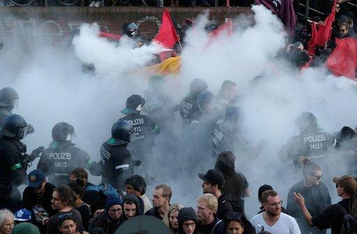 Nach Polizeiangaben wurden Einsatzkräfte mit Latten angegriffen und mit Flaschen beworfen. Foto: dpa-Zentralbild