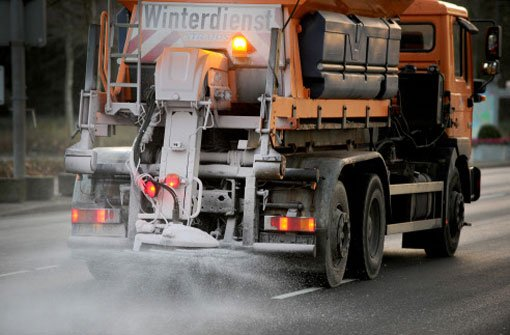 Auf spiegelglatten Straßen hat es in Baden-Württemberg seit Donnerstagabend zahlreiche Unfälle mit Verletzten gegeben.  Foto: dpa