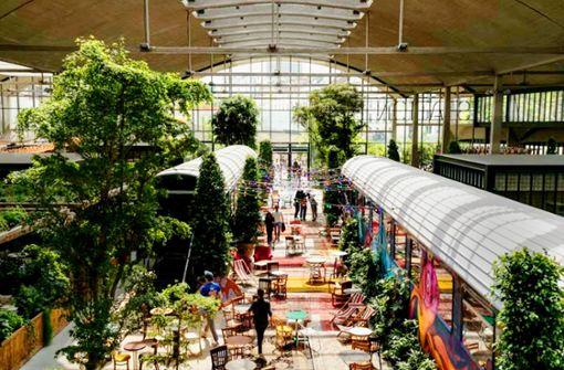 Das Restaurant befindet sich in einer Bahnhofslagerhalle – Eisenbahnwaggons inklusive Foto: Facebook