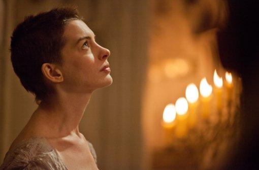 ...verkauft Fantine in Les Misérables ihr langes Haar - Akteurin bAnne Hathaway/b... Foto:
