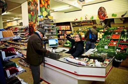 Kleine Läden, wie das Markt Eck in der Senefelderstraße im Stuttgarter Westen, sind in vielen Stadtteilen Mangelware. Foto: Peter Petsch