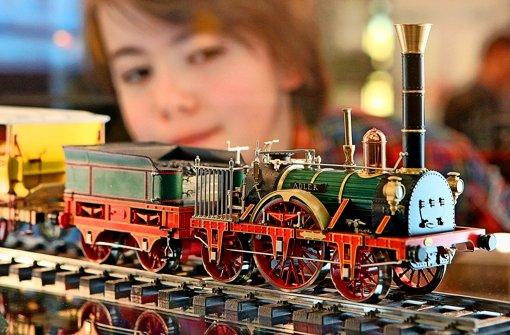 Ein Kind schaut sich das Märklin-Model der historischen Lokomotive Adler an Foto: dpa