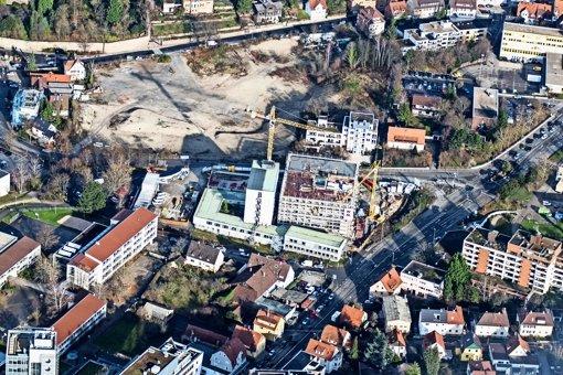 Die Leobau-Brache von oben: 177 Wohnungen sollen dort gebaut werden. Entlang der Bahnhofstraße  (oben) ist zudem eine größere Grünfläche mit Spielplatz  geplant. Foto: Holger Leicht