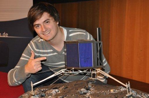 """Unser Mann auf dem Mars: Robert P. Schröder mit einem Modell des Mars Rover  von """"Mars One"""" Foto: Roger Murmann/""""Mars One"""""""