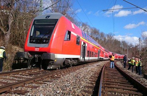 Zug kollidiert mit Betonblock