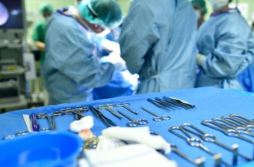 Ärzte haben einer Frau einen fast fünf Kilogramm schweren Tumor entfernt (Symbolbild). Foto: dpa