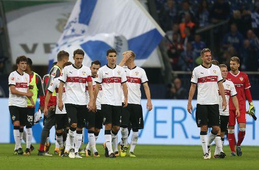 Die VfB-Spieler müssen sich nach der Partie gegen den FC Schalke 04 geschlagen geben. Foto: dpa