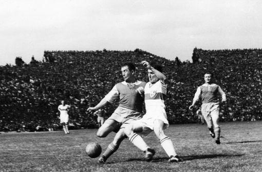 VfB-Mann Erich Retter (rechts) im Endspiel der deutschen Meisterschaft 1962. Foto: Pressefoto Baumann