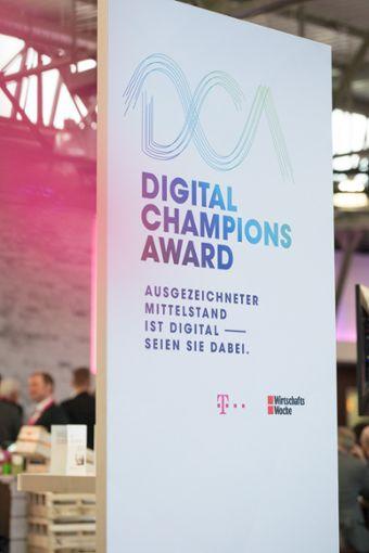 Im Mittelpunkt des Netzwerkdinners: Der Digital Champions Award, der die digitalen Vorreiter der Region SOUTHWEST honorierte  Foto: Telekom