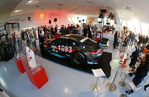 Im Mercedes-Benz-Museum kamen zahlreiche prominenten Gäste zum Empfang des VfB Stuttgart. Foto: Pressefoto Baumann