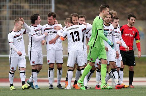 Stierle (Nummer 13) jubelt mit seinem Team.  Foto:  Baumann