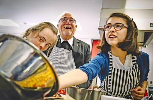 Bischof Gerhard Fürst hilft beim Kochen in der inklusiven Torwiesenschule Foto: Lg/Piechowski