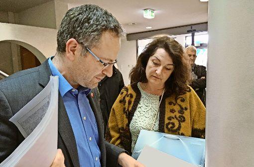 Ulrike Höflinger überreicht dem Uhinger Bürgermeister Matthias Wittlinger die Listen mit den Unterschriften gegen das künftige Baugebiet. Foto: Pflüger