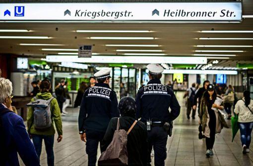 Polizeibeamte auf Streife in der Klett-Passage. Foto: Lichtgut/Max Kovalenko