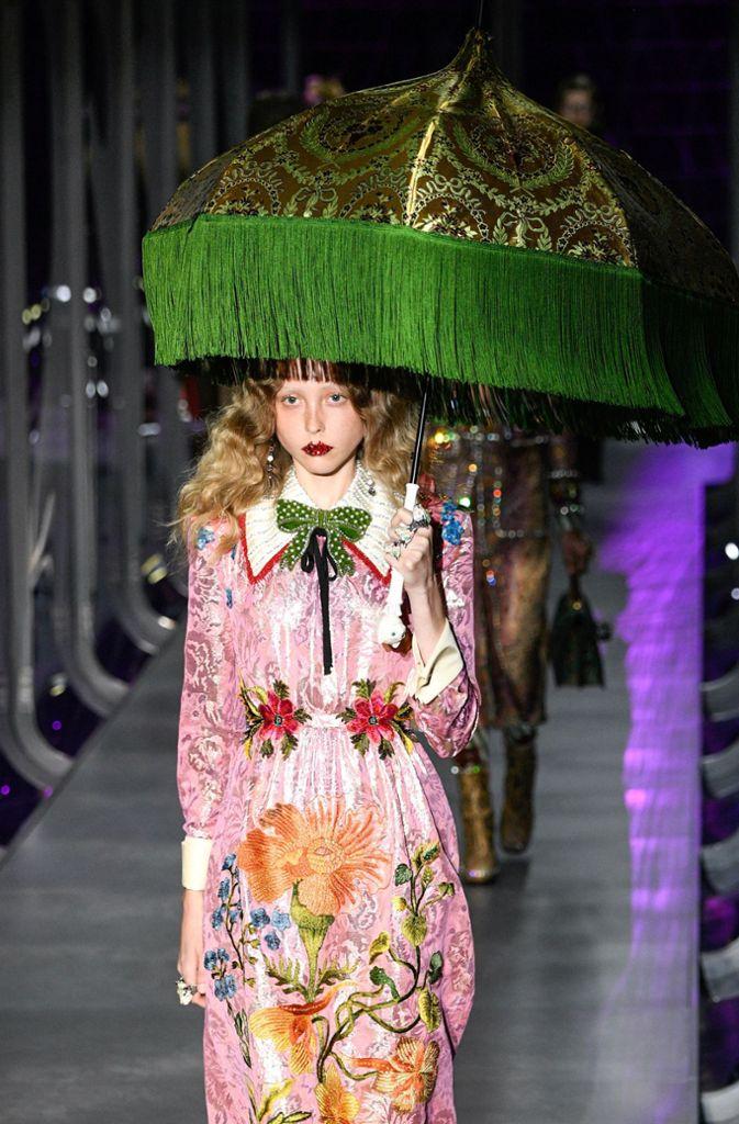 b3b986a5f0e Fotostrecke Mailänder Fashion Week Gucci und Moschino machen neue Mode von  gestern