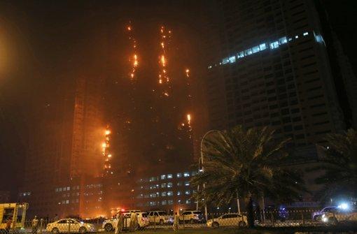 Flammen in Wohnturm nach Stunden gelöscht