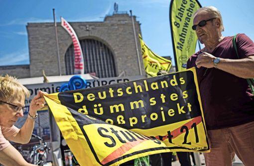 Die Mahnwache gegen Stuttgart 21 vor dem Stuttgarter Hauptbahnhof feiert ihr achtes Jubiläum. Foto: Lichtgut/Max Kovalenko