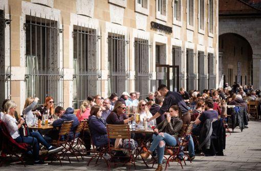 Die Menschen in Stuttgart genießen das Wetter am Ostermontag. Foto: Lichtgut/Achim Zweygarth