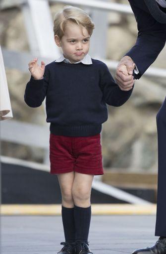 Besuch in Kanada im Jahr 2016: Hier winkte Prinz George bei der Ankunft im Hafen von Victoria den Fotografen zu.  Foto: Daily Mail/Press Association/Archiv