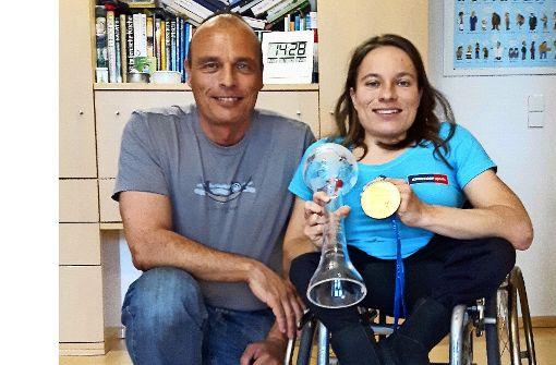 Goldmedaille und Kristallkugel als Trophäen einer erfolgreichen Saison: Besser konnte  es für Anja Wicker und  ihren Vater Volker nicht laufen. Foto: Eva Funke