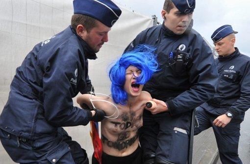Femen-Frauen zeigen blanke Brüste