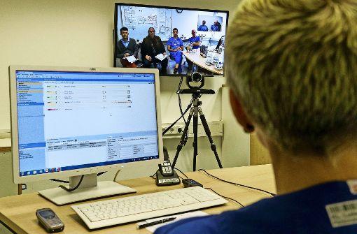 Krankenhaus-TV: die Oberärztin Monica Bürle  begleitet ihre Kollegen aus Mühlacker bei deren Visite auf der Intensivstation. Foto: factum/Granville