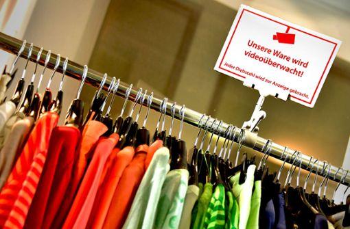 Kamerasysteme, Mitarbeiterschulungen und Warensicherungssysteme habe nur eine begrenzte Wirkung im Kampf gegen Ladendiebstahl. Foto: dpa