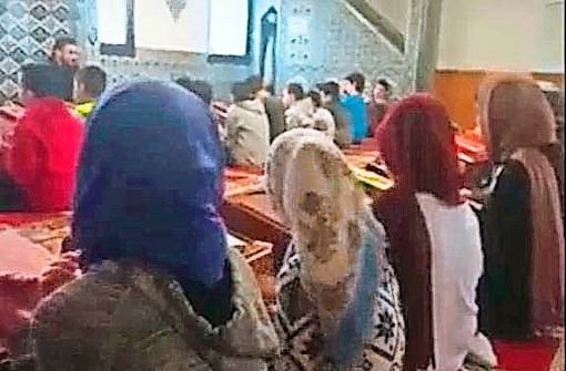Imam betet mit Kindern für türkischen Sieg