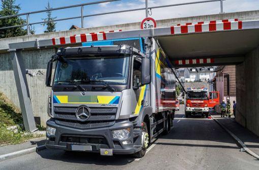 Lkw bleibt in Bahnunterführung stecken