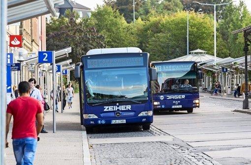 Die Busse in der Region Stuttgart, hier in Ludwigsburg, müssen künftig werktags zwischen 6 und 20 Uhr mindestens im 30-Minuten-Takt zu den S-Bahn-Stationen fahren Foto: Andreas Weise/factum