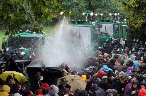 Nach dem Wasserwerfereinsatz 2010 hat die Staatsanwaltschaft jetzt Strafbefehl gegen den Ex-Polizeipräsidenten Stumpf beantragt Foto: dpa