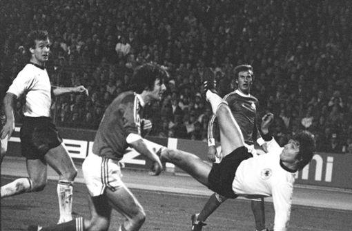 Am 16. November 1977 trifft der deutsche Stürmer Klaus Fischer beim 4:1 im Länderspiel in Stuttgart gegen die Schweiz spektakulär. Rüdiger Abramczik hatte geklankt, der Treffer wurde Tor des Monats, Tor des Jahres, Tor des Jahrzehnts und sogar Tor des Jahrhunderts. Foto: dpa